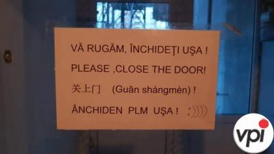 Vă rugăm,  închideți ușa!